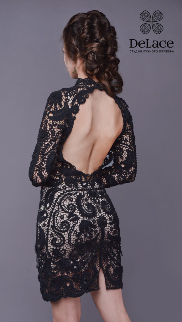 Чёрное платье с открытой спиной.