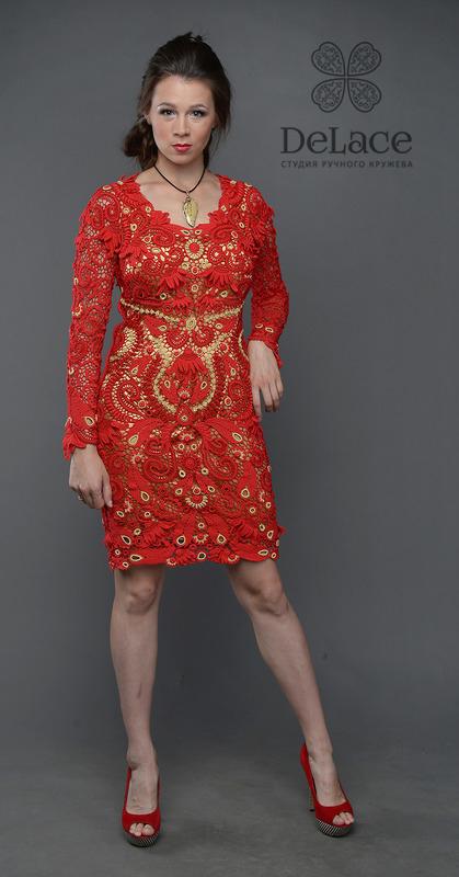 Красное платье с золотым рисунком..