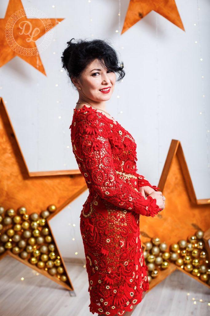 Длинное красное платье, связанное крючком.